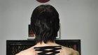 Konzetový piercing - bolestivý trend, během něhož jsou do kůže zavedeny kruhy, kterými se následně protahuje stuha.  Foto: