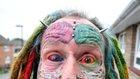 Parrot Man - barevné inkoustové injekce v očích, rozdělený jazyk, podkožní implantáty, tetování, piercingy. Foto: