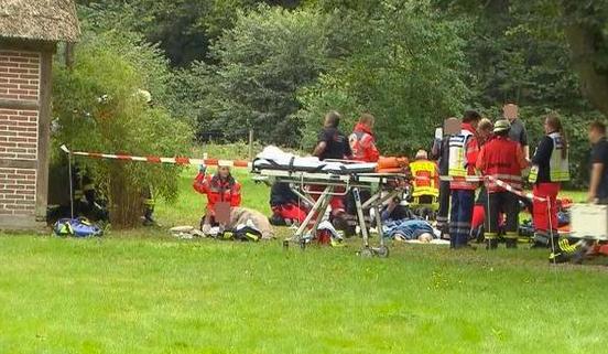 Záchranáři při ošetřování jednoho ze zdrogovaných léčitelů. Foto: