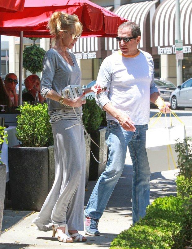 Melanie Griffith s neznámým mužem i odešla a nesli si bílou krabici plnou cukrovinek Foto: profimedia