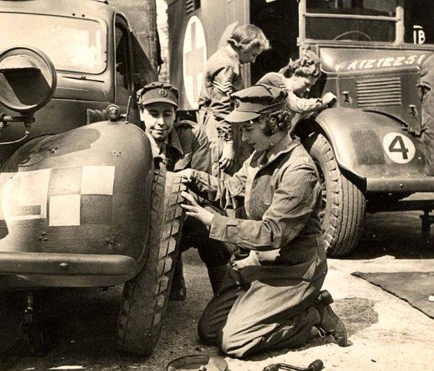 Důstojunice Alžběta Windsorová opravuje a seřizuje vojenská vozidla během druhé světové války.  Foto: