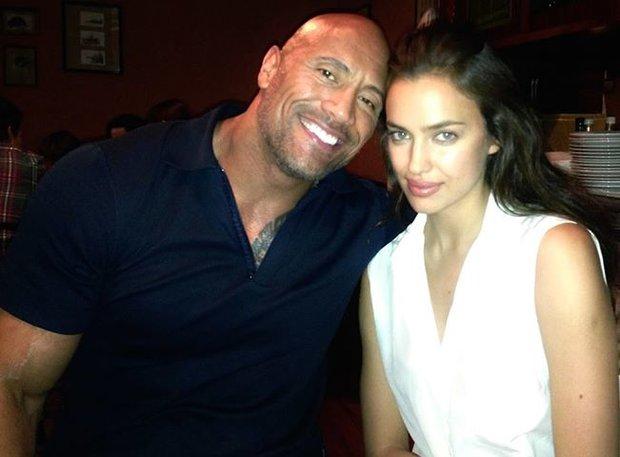 Irina Shayk má prý randit s bývalým wrestlingovým zápasníkem a hercem The Rockem! Foto: