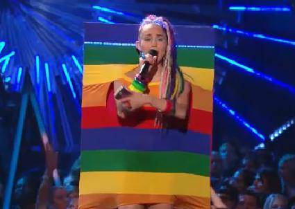 Tady se Miley navlékla do duchové vlajky. Foto: