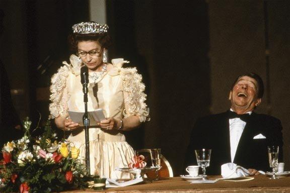 Dokáže být i zábavná, akorát to dlouho neukazovala veřejnosti. Tady se směje vtipům v jejím projevu bývalý prezident USA Ronald Reagan. Foto: