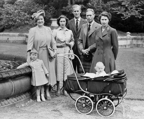 Malá Lilibeth a její rodina - Koktavý král Jiří VI. s manželkou, budoucí královnou Matkou Alžbětou Bowen, a sestry Margaret a Alžběta. Foto: