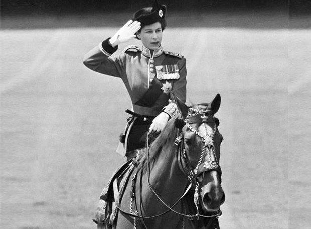 Alžběta perfektně ovládá koně. V jízdě se cvičila už od mala a podle vojenských expertů by udělala kariéru v armádě. Její schopnosti koně ovládat jí zachránily život, když na ni během přehlídky šestkrát vystřelil atentátník. Foto:
