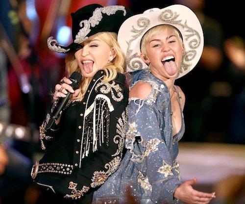 Stejné klobouky a jazyk ven... Foto: facebook