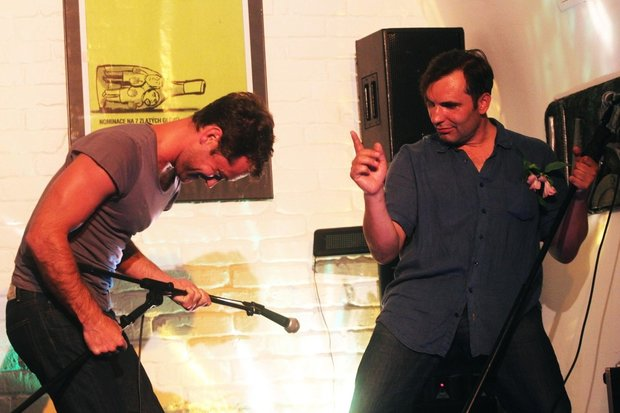 Jude Law k narozeninám Macháčkovi v klubu uprostřed  zpíval karaoke. Foto: isifa.com a profimedia.cz