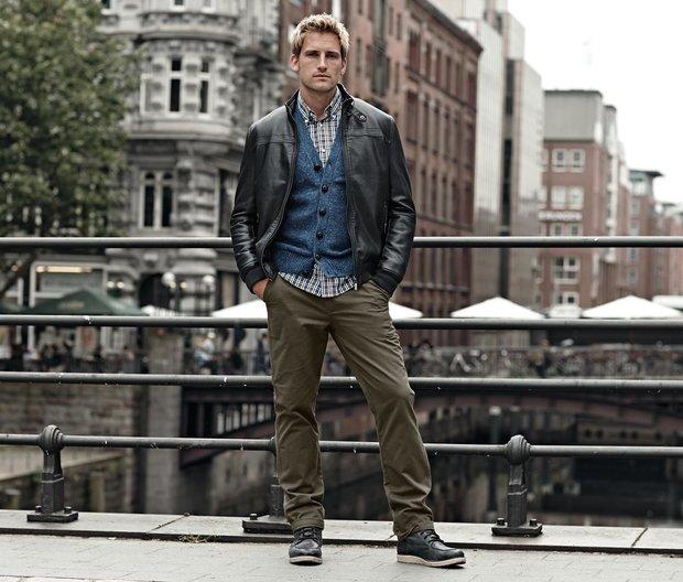 Bluzon, CENA: 1 490 Kč; Tvídový pletený svetr s knoflíky, CENA: 799 Kč; Chino kalhoty, CENA: 799 Kč Foto:
