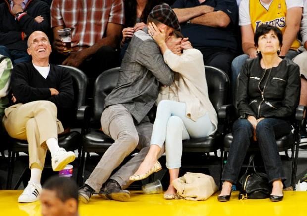 Zpěvák Justin Timberlake a herečka modelka Jessica Biel... Když musíš, tak musíš, klidně i na zápase Foto: