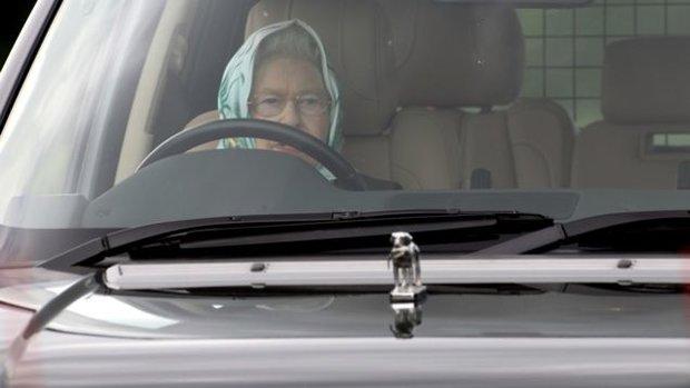 Alžběta se dodnes stará o svoje vozy sama a taky si je sama řídí. Že není za volantem skoro vidět, to není podstatné, řidička je to lepší, než většina z vás.  Foto:
