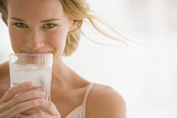 Limonáda, pivo, víno... všechno obsahuje velké množství kalorií! Pijte výhradně jen vodu, kterou si ochuťte maximálně mátou a citronem. Vypít byste měla cca 3 litry vody denně! Foto: