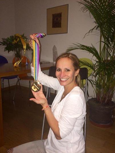 Monika Absolonová si dokonce na hotelu zlatou medaili potěžkala. Foto: Facebook Moniky Absolonové